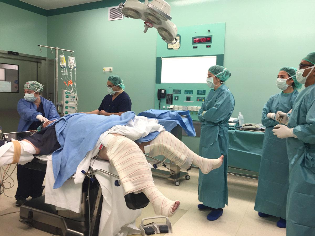 Equipo quirúrgico en espera de preparar campos donde se ha de realizar la operación